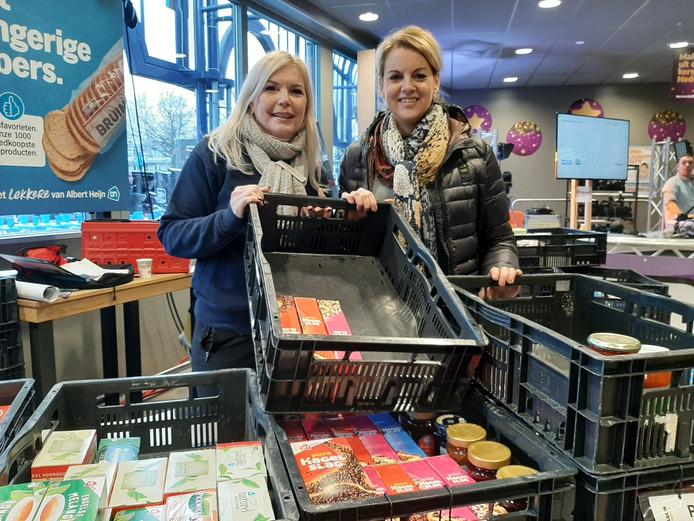 Inzamelingsactie Voedselbank Oss, bij Albert Heijn aan het Burchtplein.