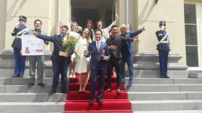 De winnaars van ElanArt na afloop op de trap van Paleis Noordeinde.