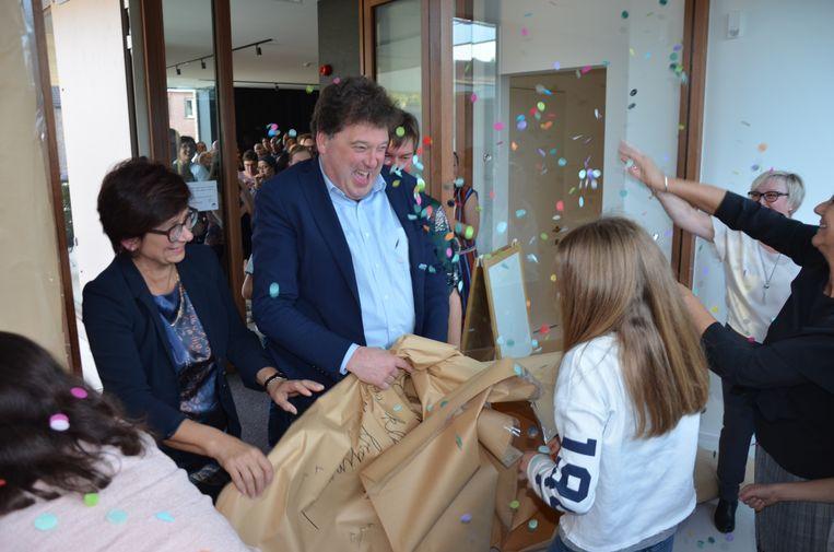 Om het nieuwe kinderdagverblijf te ontdekken, moesten de burgemeester en schepenen eerst hun weg banen door scheurpapier.