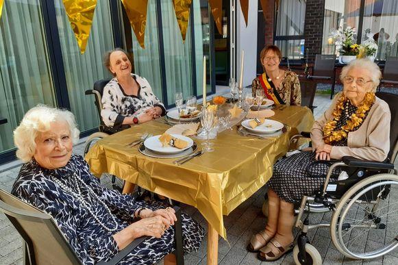 100-jarige Bertha Van Den Brande (r.) Moutershof Meise.