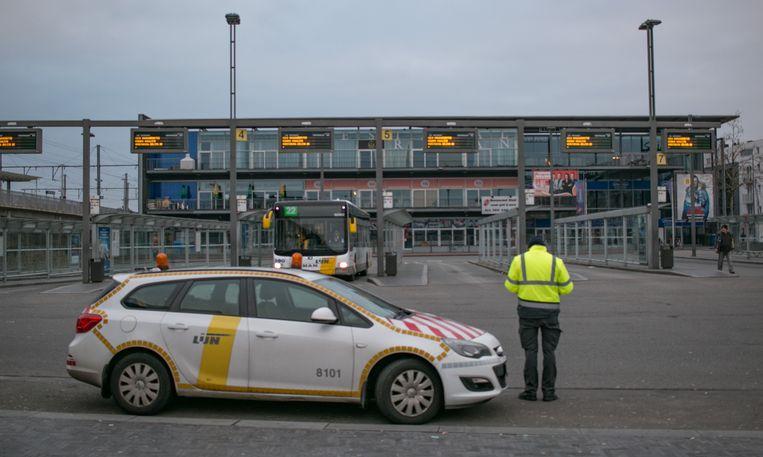 Het busstation in Sint-Niklaas , waar vandaag maar heel sporadisch een bus te zien is. Het hele stadsnet ligt plat, op de streeklijnen rijdt 11 procent van de bussen.
