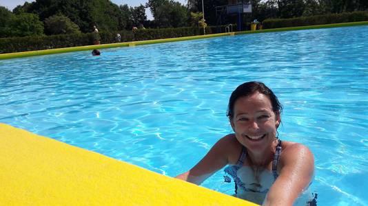 De Bergse Ayntia Heck komt bij De Melanen zwemmen samen met haar moeder, die in Halsteren woont.