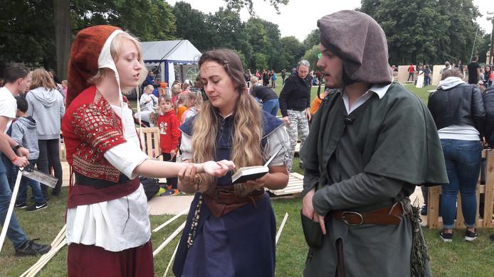 Kindervakantieweek KAKO in Oss: kinderen wordt gevraagd mee te helpen problemen op te lossen van deze drie tovernaarsleerlingen:  Koekus, Loerus en Darius.