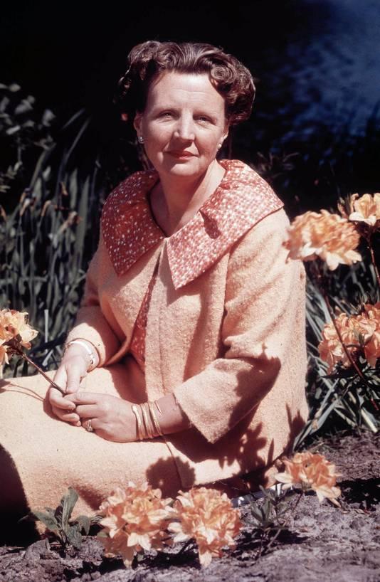 Juliana in de tuin omstreeks 1952