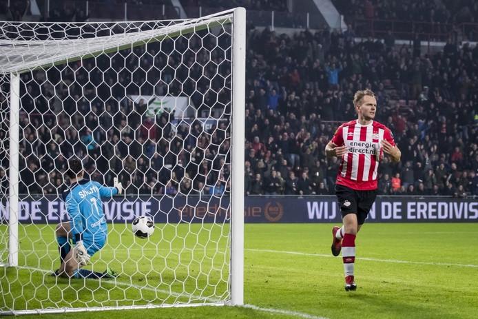 PSV speler Siem de Jong (R) heeft de 1-0 gescoord, GA Eagles keeper Theo Zwarthoed (L).
