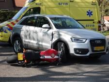 Motorrijdster met passagier achterop botst op auto in Achterveld