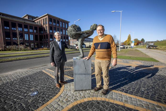 Het Boeskoolmenneke is weer terug aan de Spoorstraat. Dankzij een initiatief van Herman Grunder (rechts) en Fons Lemmink is de bestrating rondom de sokkel vernieuwd en wordt het beeld wordt 's avonds verlicht.