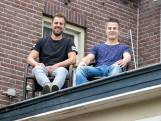Hein en Niek zitten elf dagen lang op het dak van dit café: 'Als we maar niet gaan slaapwandelen'
