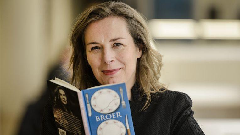 Esther Gerritsen met haar Boekenweekgeschenk Broer. Beeld anp