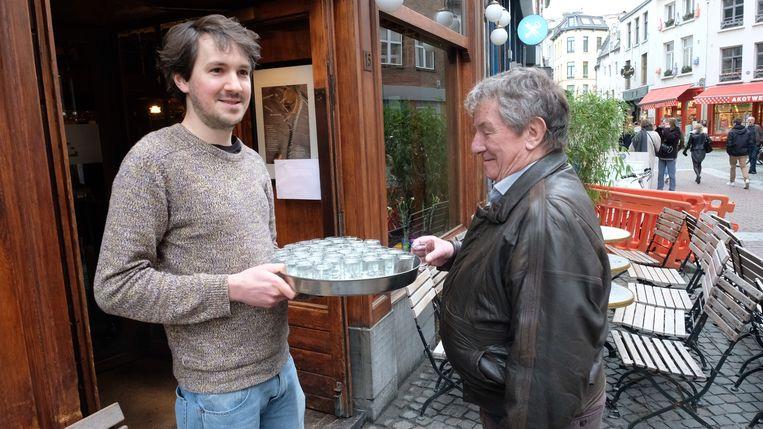 Bij het binnenkomen werden de gasten getrakteerd op een 'witteke', Jans favoriete drankje.