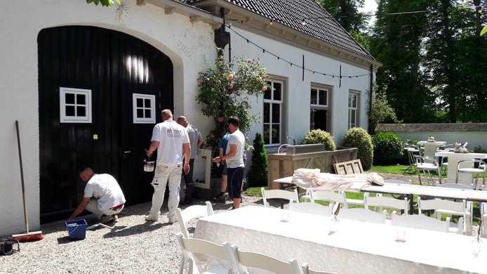 Het oostelijke neerhuis van Kasteel Oijen wordt verbouwd tot groepsaccommodatie.