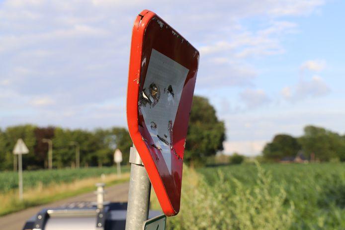 In een van de verkeersborden werden gaten geslagen.