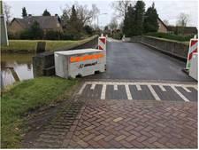 Vangrails moet zwaar verkeer op slechte brug Esch tegen houden