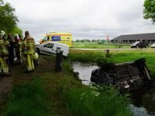 Auto eindigt na botsing in Staphorster sloot, bestuurder gewond