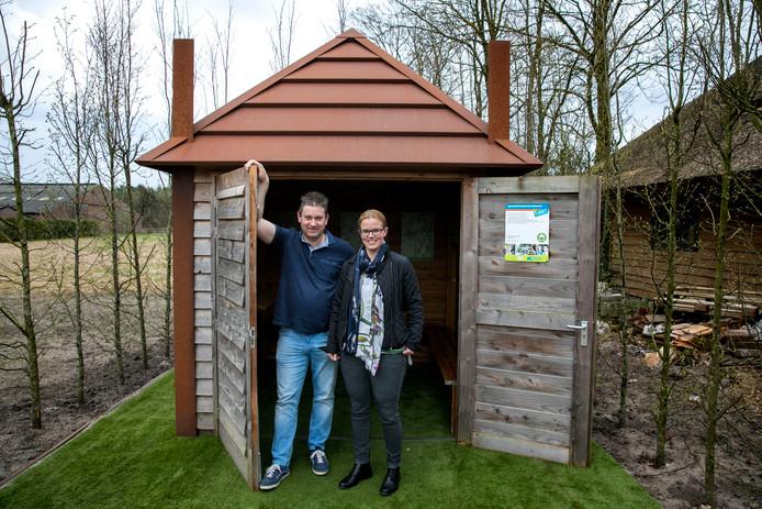 ZLTO-afdelingsvoorzitter Frank Habraken en commissielid Jennifer Houbraken bij het hooihuiske bij Loonbedrijf Moonen aan de Kapelstraat in Riethoven.