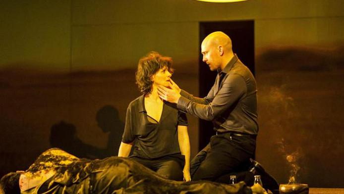 Een beeld uit de voorstelling Antigone waar Hezemans het toneeldecor en de kostuums voor ontwierp