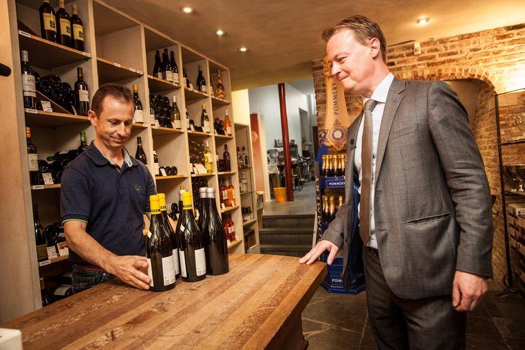 Schepen Christophe Peeters koopt een paar flessen bij wijnhandel Collin aan de Kalandeberg in Gent.