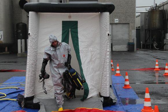 Wie in de gevarenzone in contact was gekomen met een gevaarlijke stof moest door een ontsmettingskamer.
