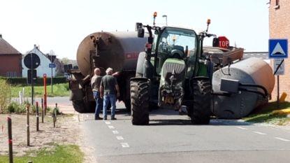 Beerton kantelt op kruispunt en beschadigt zijgevel