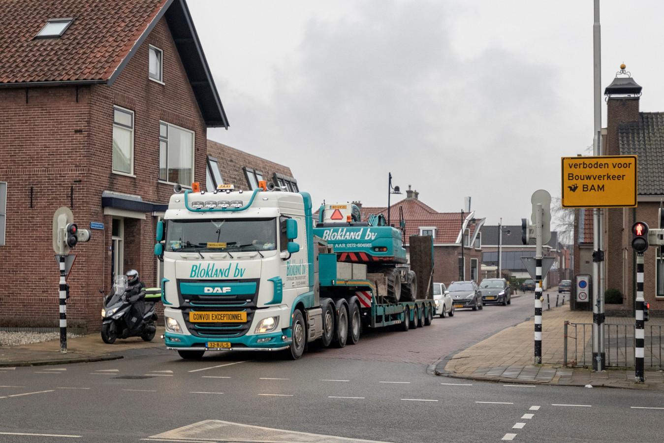 In de Dorpsstraat van Hazerswoude-Dorp is overlast van zwaar verkeer.