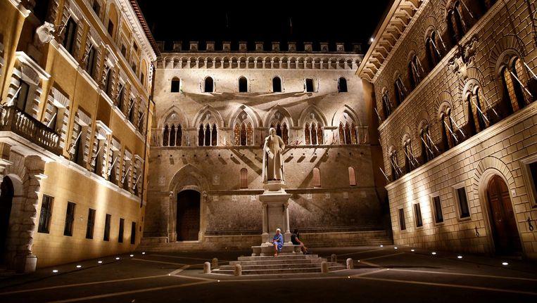 De ingang van het hoofdkantoor van de Monte dei Paschi di Siena bank in Siena, Italië. Beeld reuters