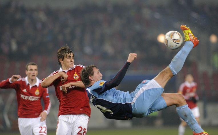 Luuk de Jong haalt schitterend uit voor de 1-1 tegen Wisla Krakow. Beeld
