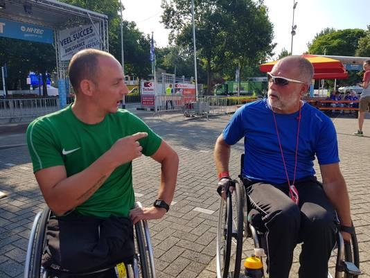 Bennie Bouwhuis (r) en Ronald van Dort ontmoeten elkaar op de finishlocatie.