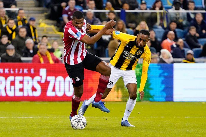 Denzel Dumfries en Joshua Brenet duelleren tijdens de laatste editie van Vitesse-PSV, in februari in de Gelredome.