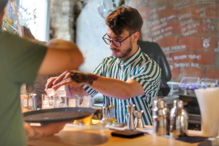 De barman van Palo Cortado in Brugge aan het werk.