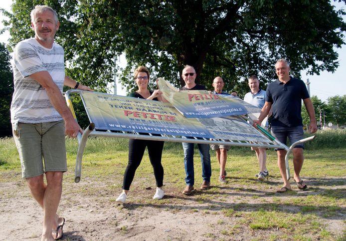 Bergentheim komt in actie voor een nieuw station. Van links naar rechts plaatsen Gerrit Slot, Dionne van der Sluis, Arend Jan ten Brinke, Bennie ten Brinke, Hans Olthof en Jos Horstra een van de spandoeken.