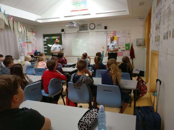 Inspecteurs Ivo Maertens en Christof Duthoy geven de leerlingen les over verkeersveiligheid.