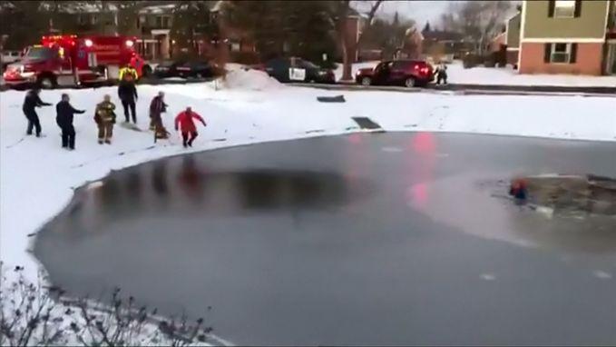 VIDEO. Jongen zakt door ijs, maar brandweer grijpt snel in