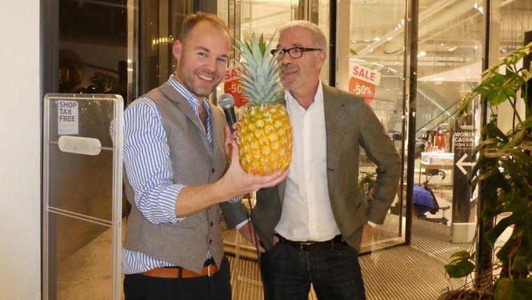Ananasmissionaris Lex Boon. Komend weekend deelt hij stukjes Smooth Cayenne uit in Hudson's Bay. Met wijn- en nu ook ananasproever Harold Hamersma. Beeld Schuim