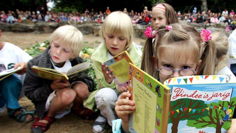 Kinderen lezen boek ter ere van verjaardag olifant Beeld ANP 2006