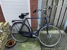 Politie in Almelo zoekt fietser die keihard achterop bedrijfsbus botste en daarbij een ravage aanrichtte