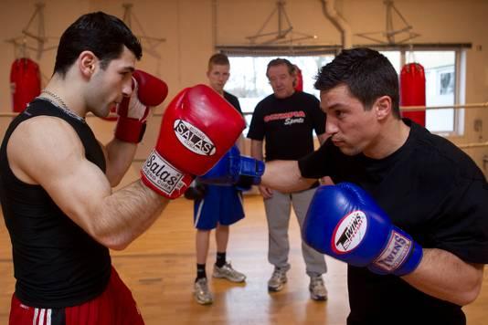 Archieffoto: Hüsnü Koçabas rechts en Rafik Harutjunjan tijdens hun training op zaterdag. Op de achtergrond trainer Hennie Mandemaker.