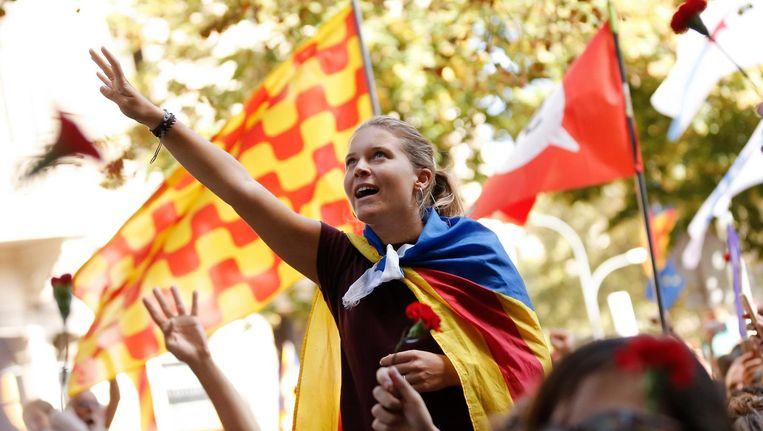 Een vrouw met een 'Estelada' (een Catalaanse onafhankelijkheidsvlag) woont een protestactie bij in Barcelona. Beeld afp