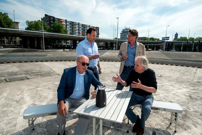 De actievoerders aan de koffie op de Blauwe Golven in Arnhem. Links (zittend) Piet van Dijk, rechts (staande) Peter Nijenhuis.