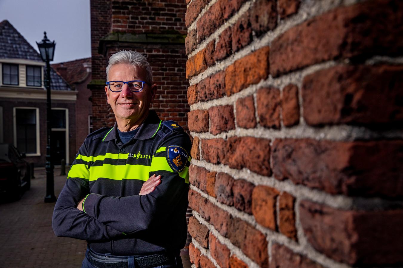 Vlak voor hij vorig jaar zijn uniform inlevert, poseert Wim Kanis nog één keer in zijn politiekleding in woonplaats Hasselt.