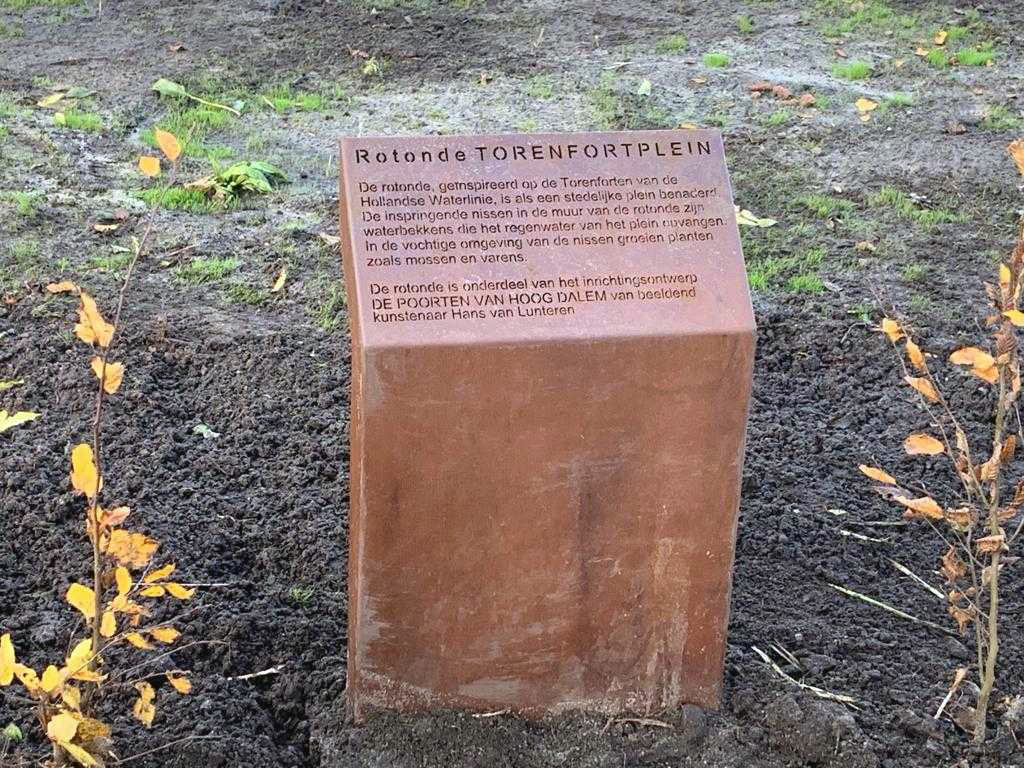 Het naambord geeft gelijk uitleg over het ontwerp van kunstenaar Hans van Lunteren.