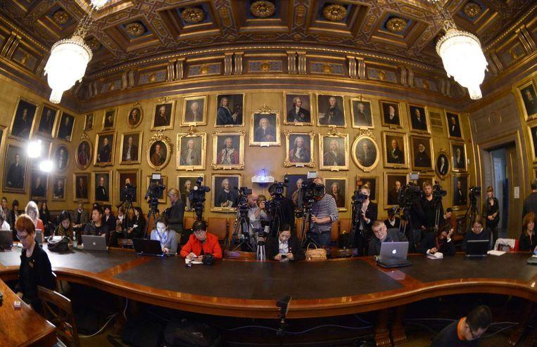 Journalisten wachten op de uitreiking van de Nobelprijs voor Natuurkunde. Beeld afp
