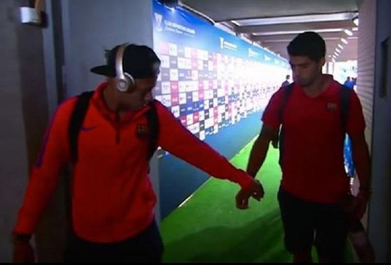 Neymar lijkt Suárez wat te willen geven, Suárez weet niet goed wat er gebeurt en steekt gewoon zijn hand uit...