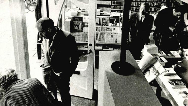 De Athenaeum Boekhandel op de dag van de opening, 15 september 1966. Links eigenaar Johan Polak Beeld -
