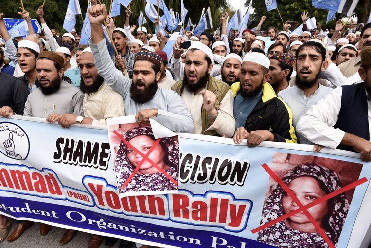 Aanhangers van islamitische partijen protesteren tegen het besluit van het Hooggerechtshof.  Beeld EPA