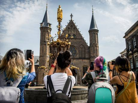 Toeristen Den Haag houden hand op de knip