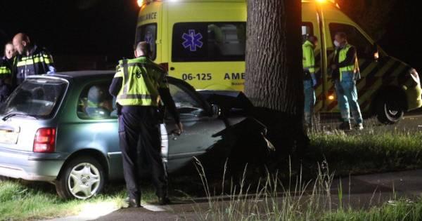 Automobilist ernstig gewond bij botsing op boom langs N345 bij Klarenbeek.