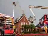 Bliksem slaat in woning Made: schoorsteen in brand