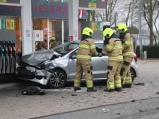 Auto rijdt tegen tankstation in Kootwijkerbroek
