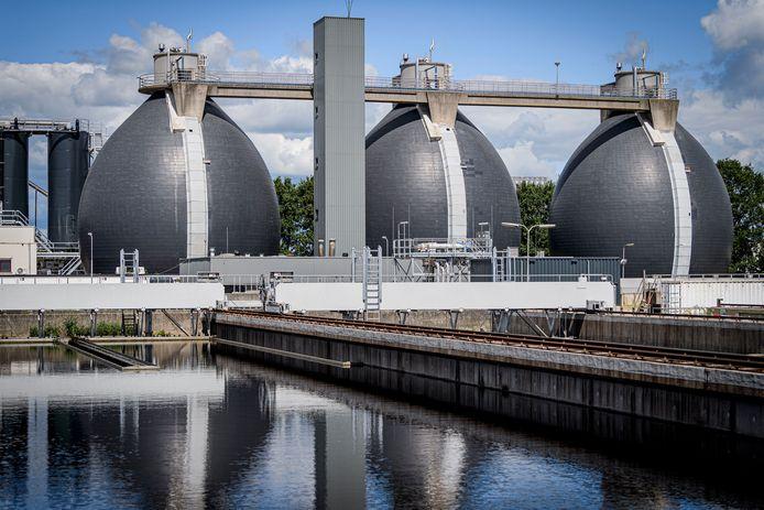 in de drie futuristisch ogende gistingsbollen wordt biogas gewonnen.