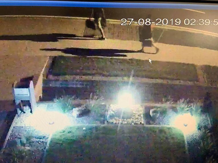 Op camerabeelden is te zien hoe de verdachten in de Turnhoutsebaan in Dessel ervandoor gaan met allerlei materiaal.